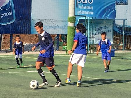 カンボジア「くっくま孤児院」の子ども達とサッカー交流1
