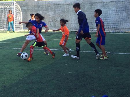 カンボジア「くっくま孤児院」の子ども達とサッカー交流2